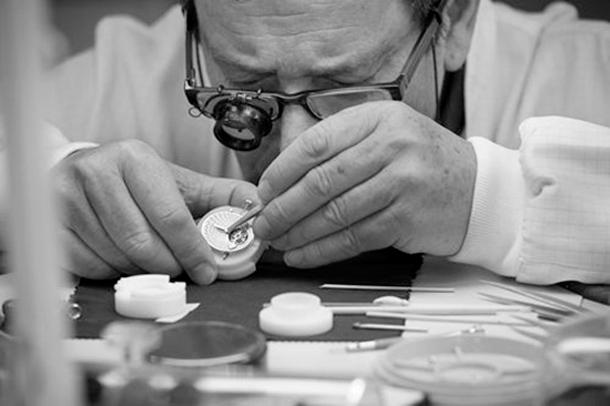 Girard Perregaux handcrafting  PEARLS AND CAT EYES - Girard Perregaux Girard Perregaux handcrafting